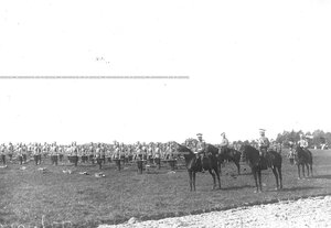 Солдаты полка во время гимнастических упражнений с винтовками.