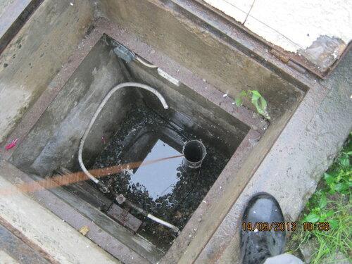 Стоя на краю кессона, измеряем глубину скважины.