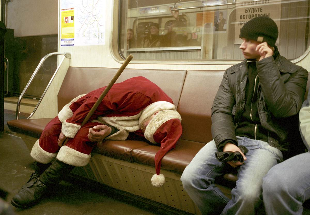 Устал от праведных трудов: Изнеможденный Дед Мороз
