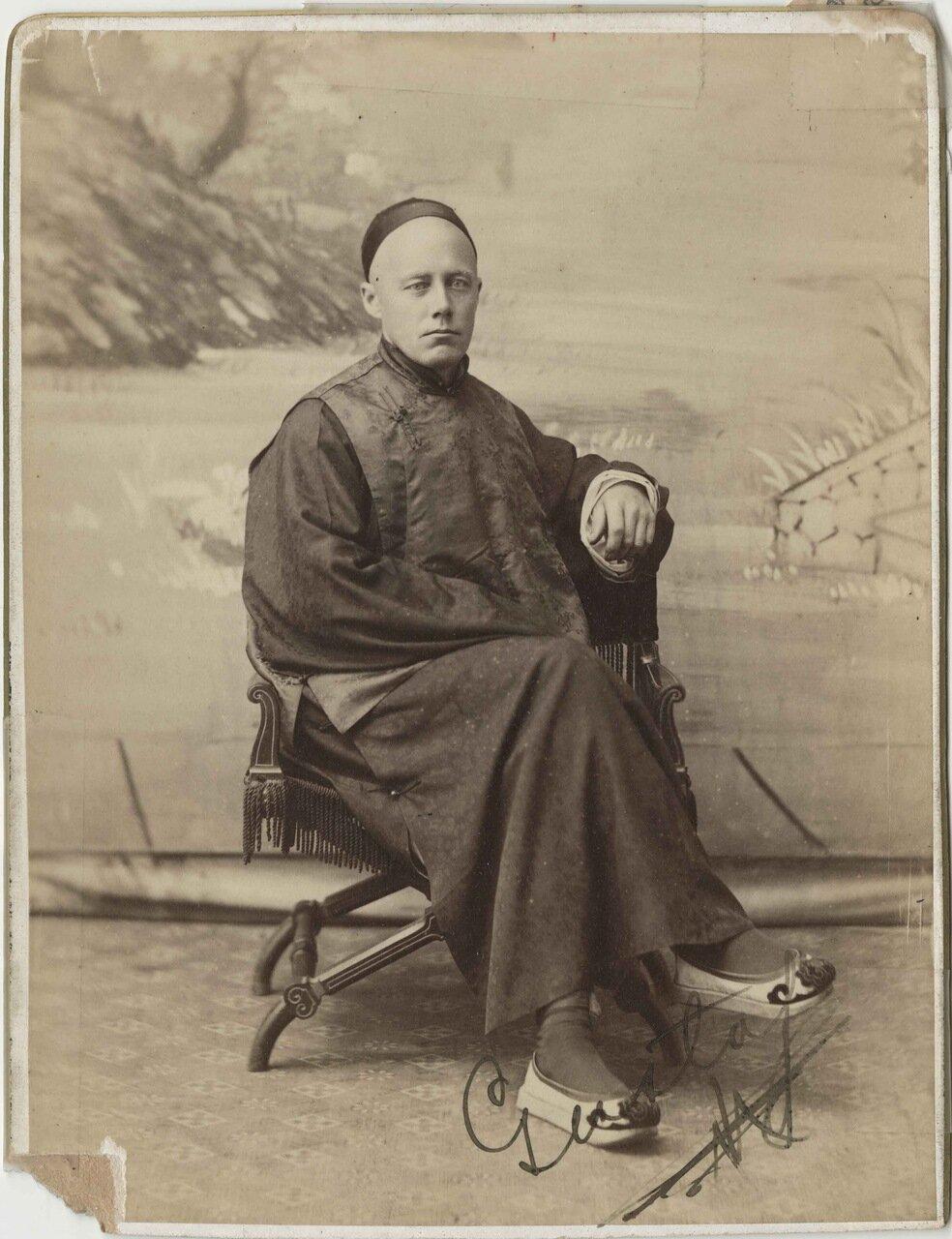 Капитан Густав Оберг в китайской одежде