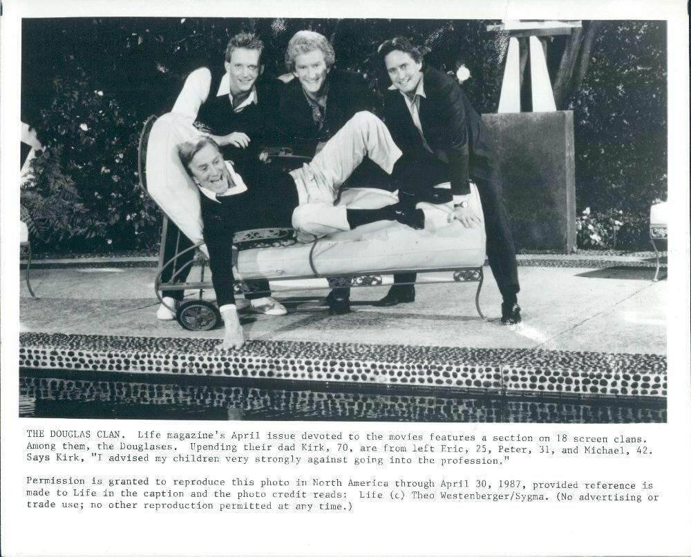 1987 Классический актер Кирк Дуглас со своими тремя сыновьями Майклом, Питером и Эриком