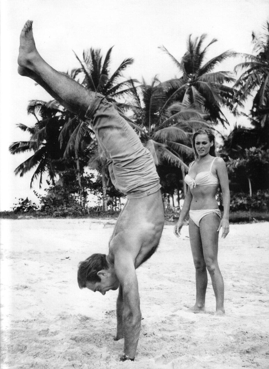1962. Шон Коннери и Урсула Андресс развлекаются на съемках фильма «Доктор Ноу»