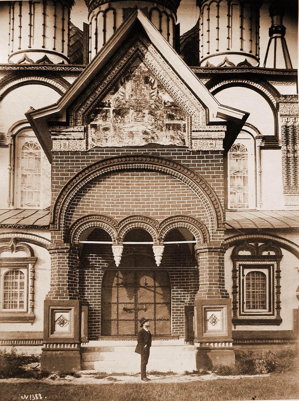 Вход в церковь Иоанна Златоуста в Коровниках