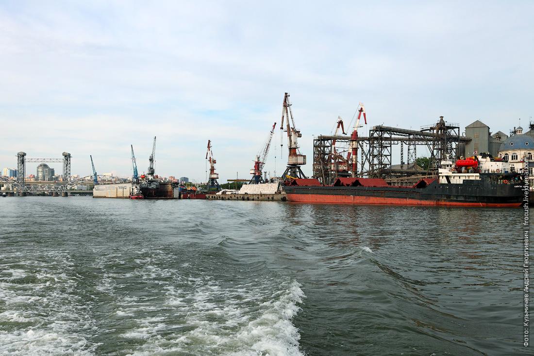 После моста на левом берегу Дона началась промышленная зона Заречная