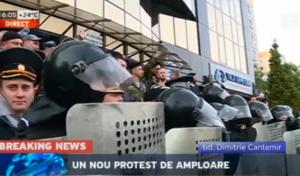 Протестующие в Кишинёве отправились к офису Плахотнюка
