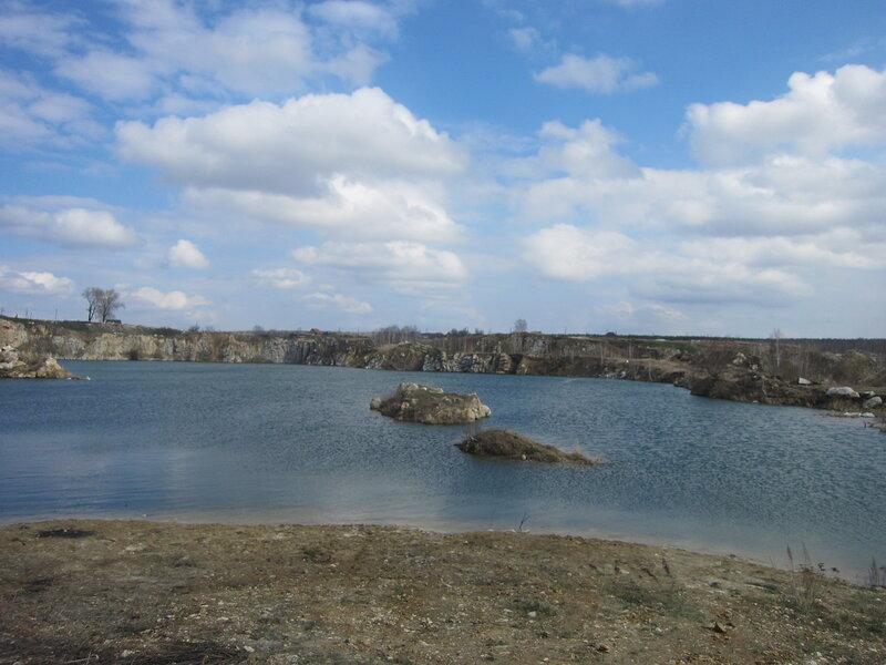Мраморный карьер на северном берегу Миасса. Вид со стороны дороги (20.05.2014)