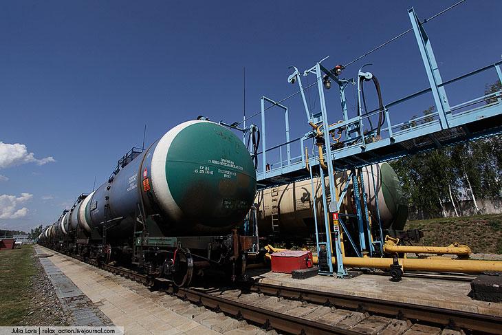 Сливная эстакада обеспечивает одновременный слив авиационного керосина с 22 железнодорожных цистерн.