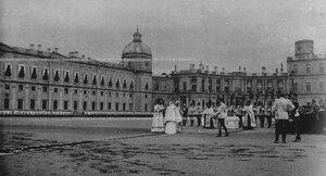 Император Николай II  принимает  парад полка перед Гатчинским дворцом.