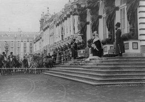 Императрица Александра Федоровна и шеф полка великая княгиня Мария Павловна у Екатерининского дворца во время парада полка.