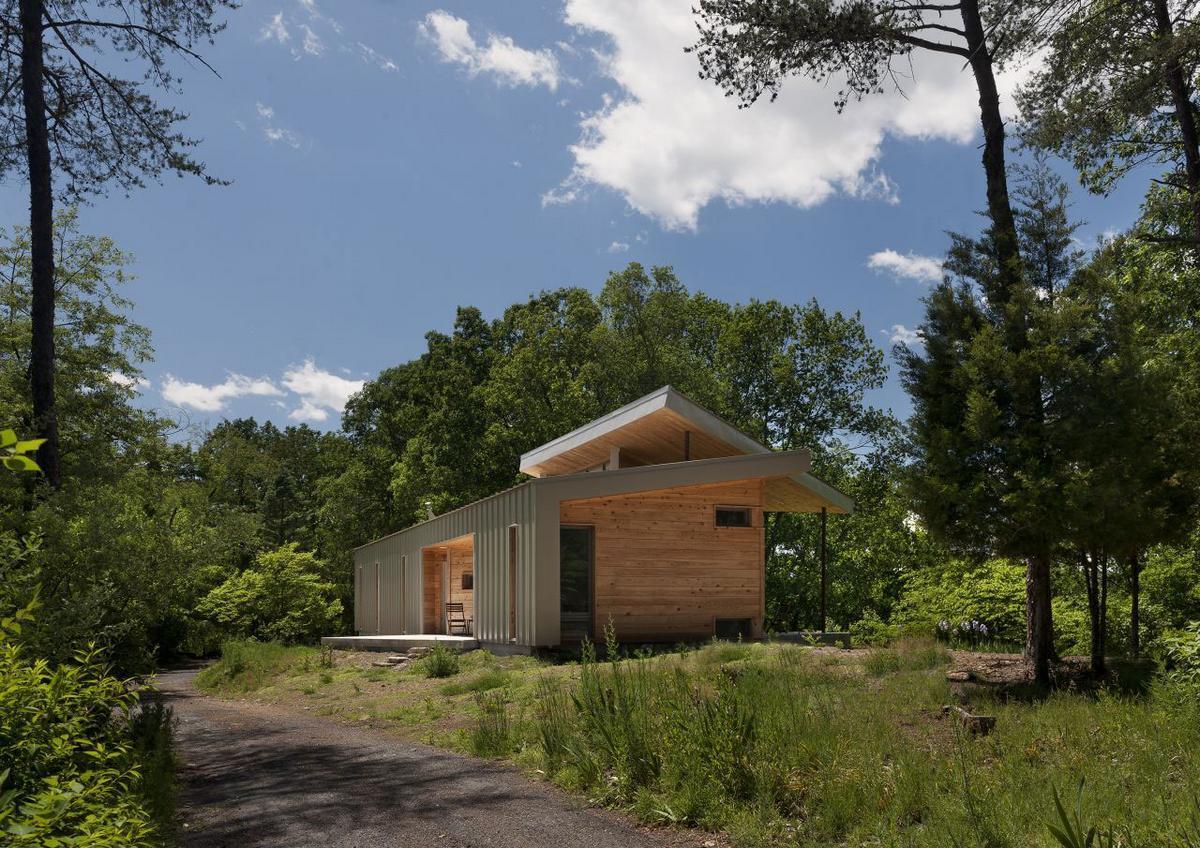 Ridge House, GriD Architects, частный дом в лесу, дом с красивым видом из окон, светлый дизайн интерьера, дом в Беркли Спрингс, панорамные окна