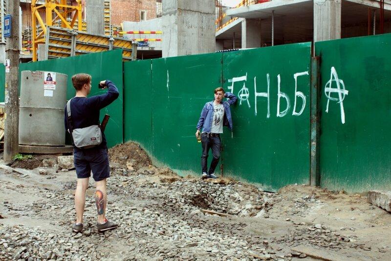 Забор стройки в Десятинном переулке