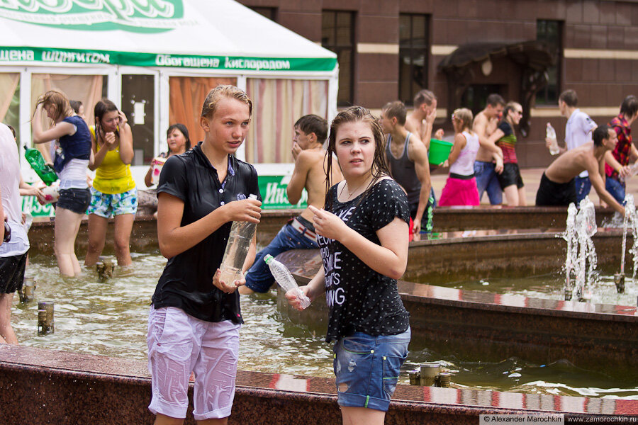 Девушки в мокрой одежде (водный батл)