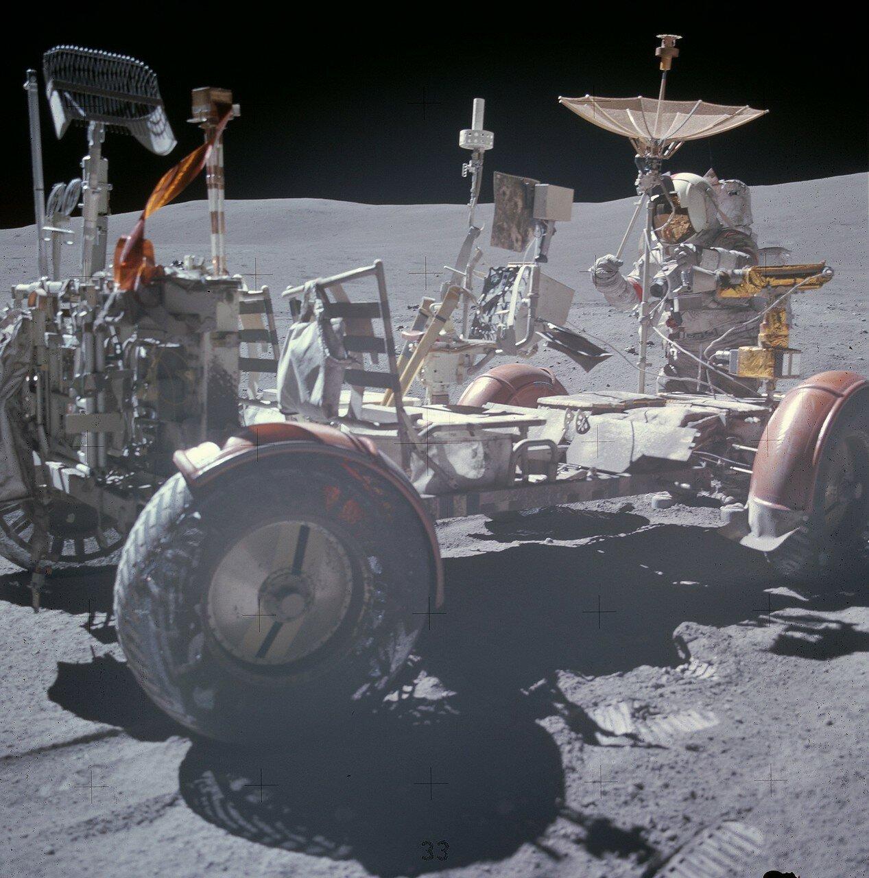На снимке: Янг поправляет антенну «Ровера» на Station 10 Prime