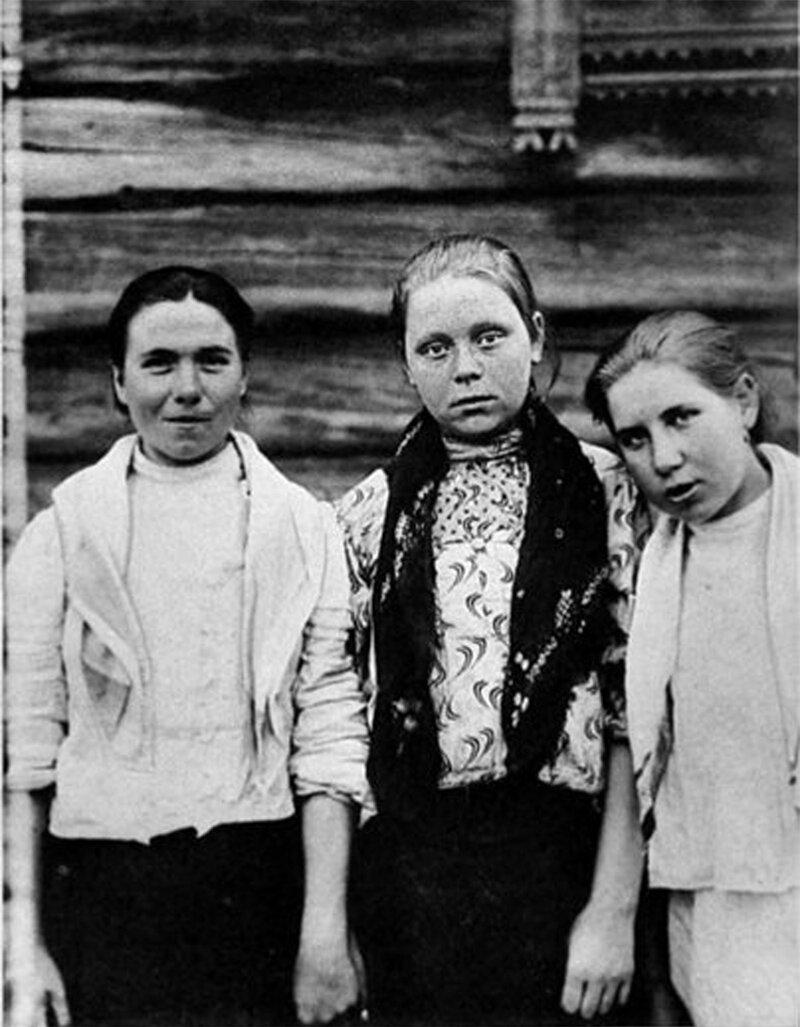 Девочки в «парочках». Ярославская губ., Пошехонский у., дер. Захарове. 1915 г.