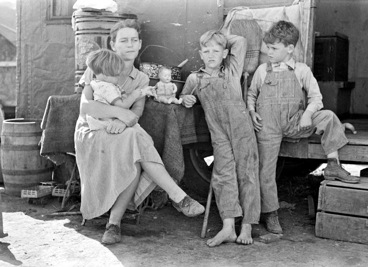 Мать с детьми у входа в трейлер, Веслако, Техас, 1939