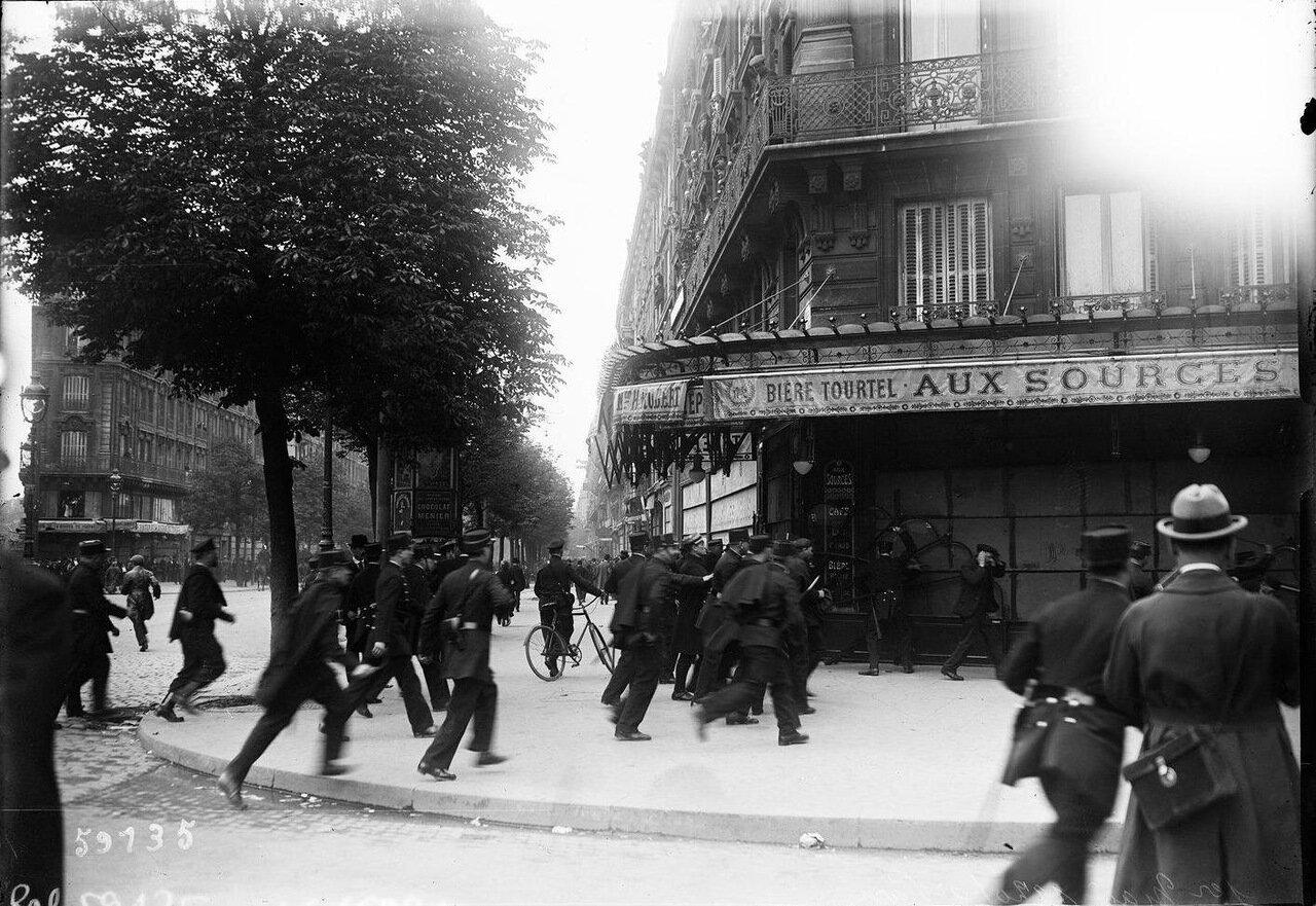 Полиция задерживает демонстрантов возле кафе  на углу бульвара Борепер