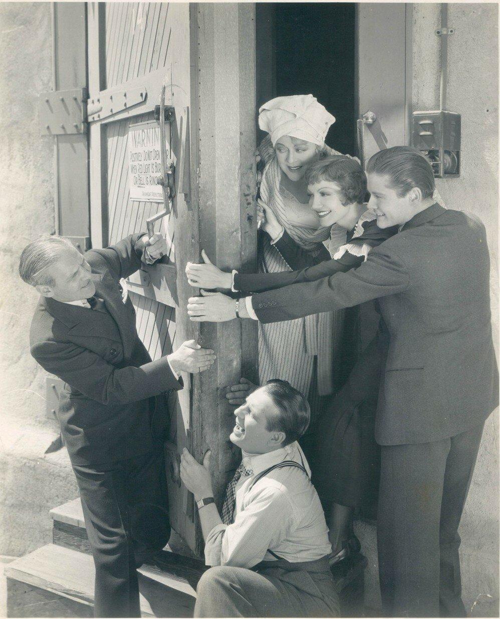 1933. На съемках фмльма Треугольная Луна: Мэри Боланд, Клодет Кольбер и Том Браун