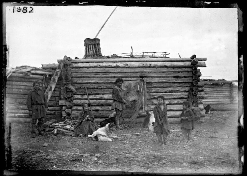 Группа якутов возле зимнего жилища, 1902