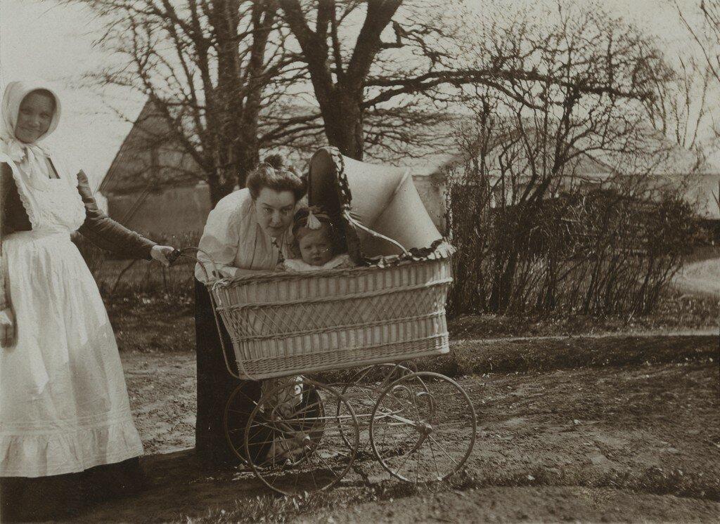 1900-е. Взяв коляску для прогулки