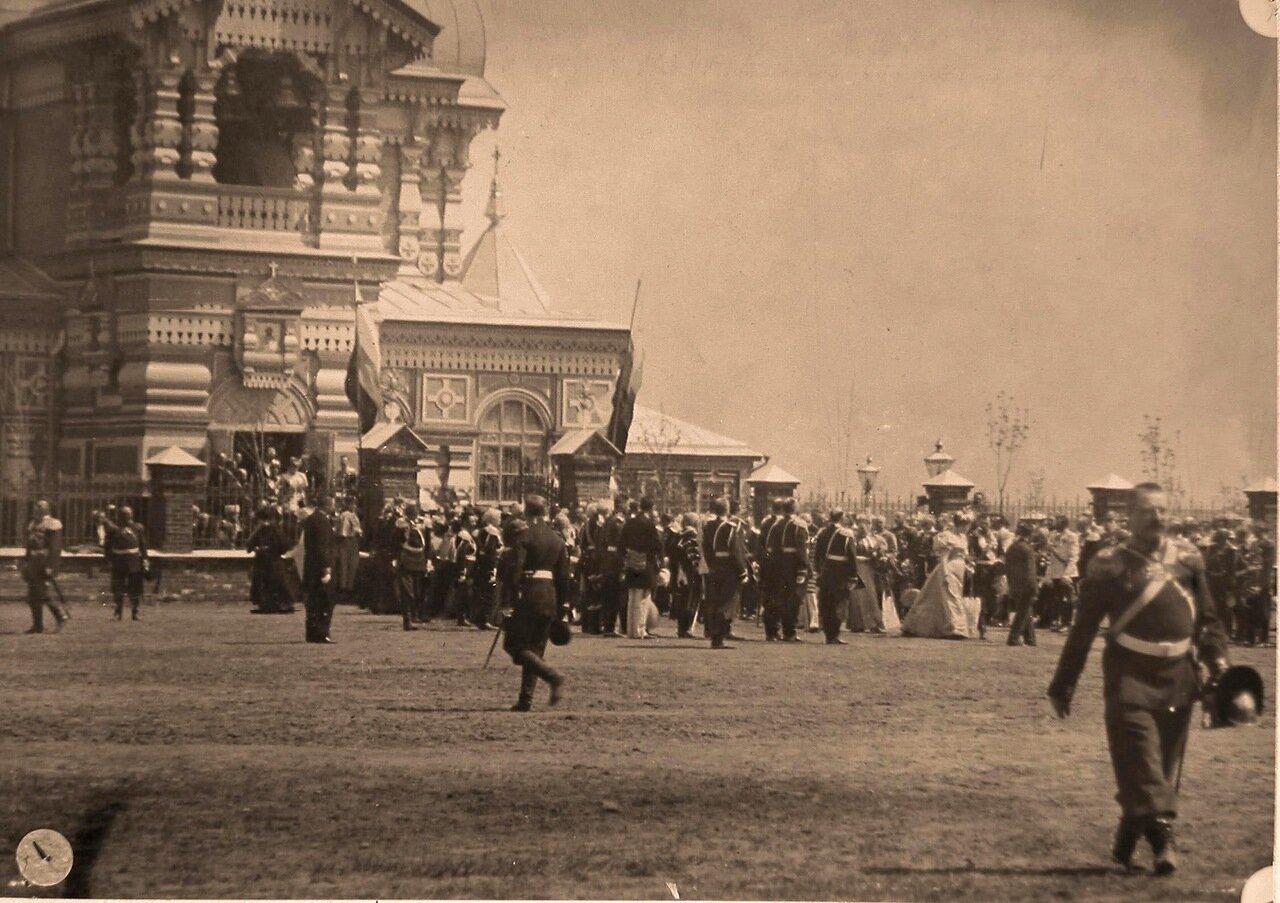 Члены императорской фамилии, военные чины, иностранные гости, прибывшие на торжества коронации, у церкви Св. Сергия Радонежского на Ходынском поле