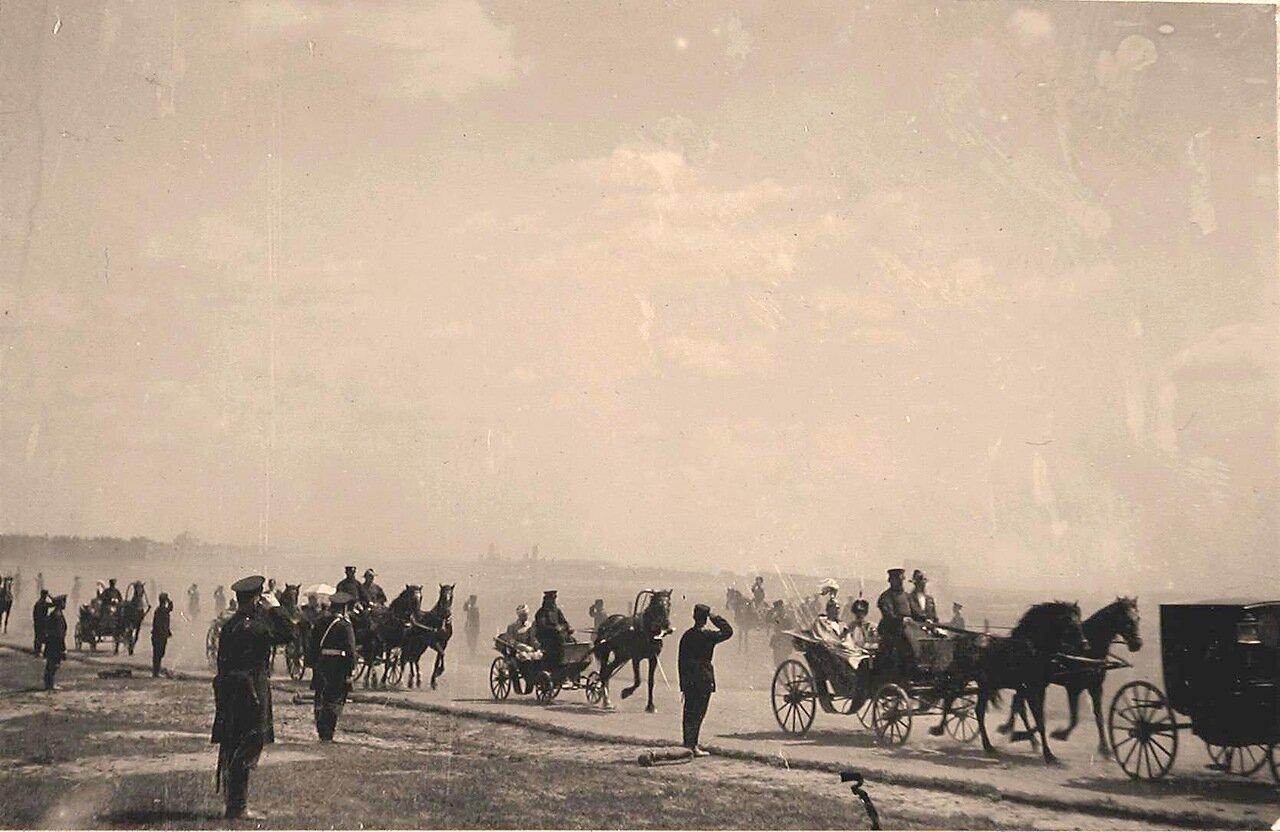 Экипажи с членами императорской фамилии и гостями, приглашёнными на торжества коронации, направляются к месту проведения парада на Ходынском поле