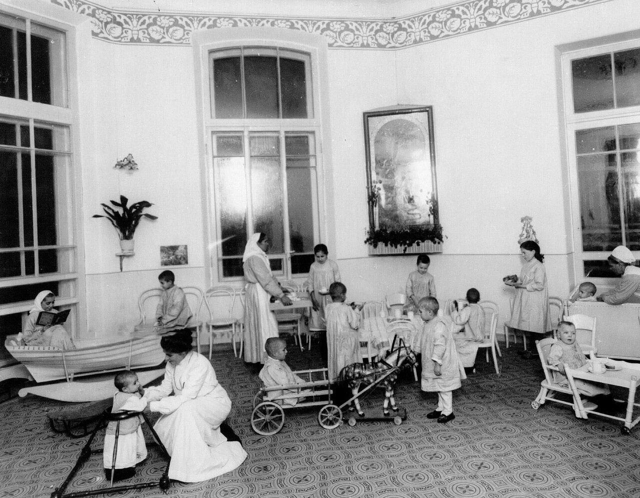 66. Дети в игровой комнате клиники института. 1913
