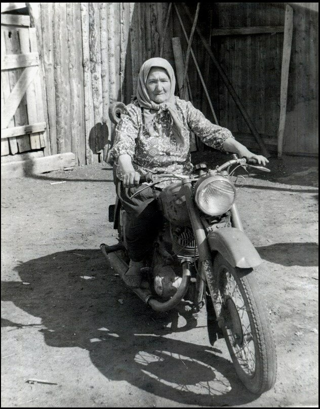 Бабушка на мотоцикле ИЖ-56