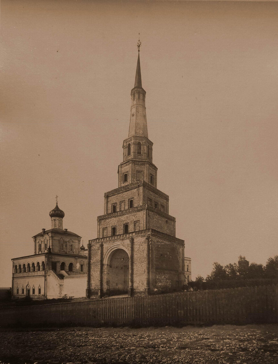 Вид на дозорную башню Сююмбеки в Кремле (постройка конца XVII -1-й половины XVIII в. основание, возможно, XVI в.)