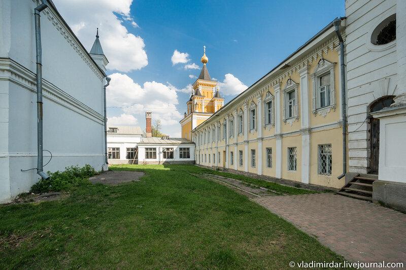 Больничный корпус со Скорбящей церковью. Николо-Угрешский монастырь.