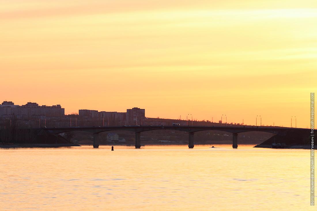Город Камышин и Бородинский мост через реку Камышенку в лучах заката