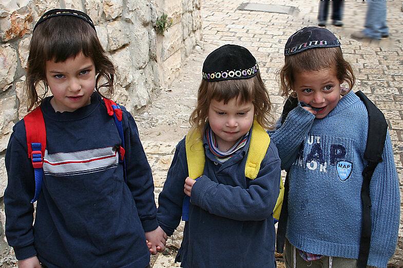 Как же израильтяне любят детей. Просто нереал.