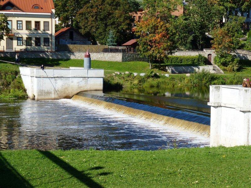 Маленькая плотина на реке Пскове