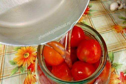 заливаем маринадом помидоры
