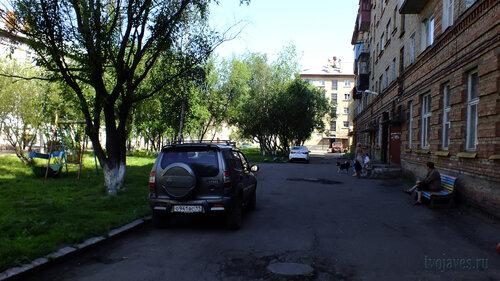 Фото города Инта №5173  Двор (северная сторона дома) Гагарина 13 16.07.2013_12:30