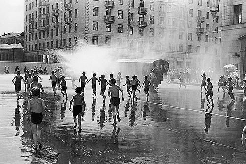 Дети играют вбрызгах пожарного гидранта, 1950.    28. Вот таким оно было, детство прошл