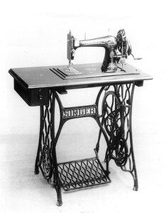 Общий вид ножной швейной машины фирмы Зингер.