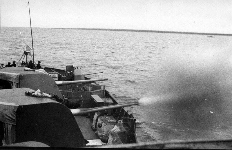 Советская канонерская лодка ведет огонь по противнику из 100-мм артиллерийских установок Б-24БМ