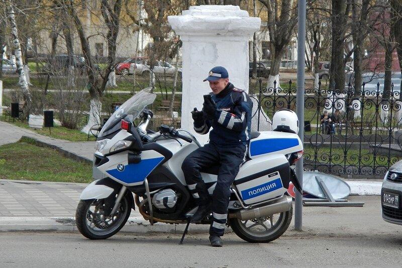 Автопробег Кировской ОТШ ДОСААФ в честь Дня Победы 7 мая 2014 - полицейский на новеньком мотоцикле BMW