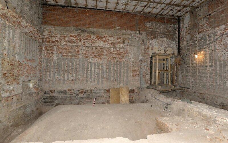 До раскрытия просматривалась только арочка дверного проема. Фото реставратора Татьяны Беляевой