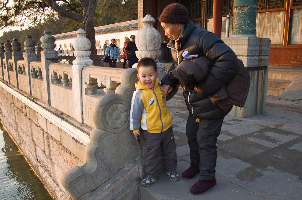 Фото. Отдых в Китае. Достопримечательности Пекина. Парк Ихэюань у Летнего императорского дворца. Непослушные внуки... Они и в Китае - непослушные, шаловливые внуки...
