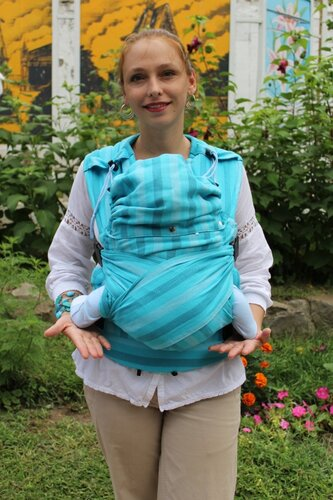 Симметричное расположение в эргономином рюкзаке Гусленок