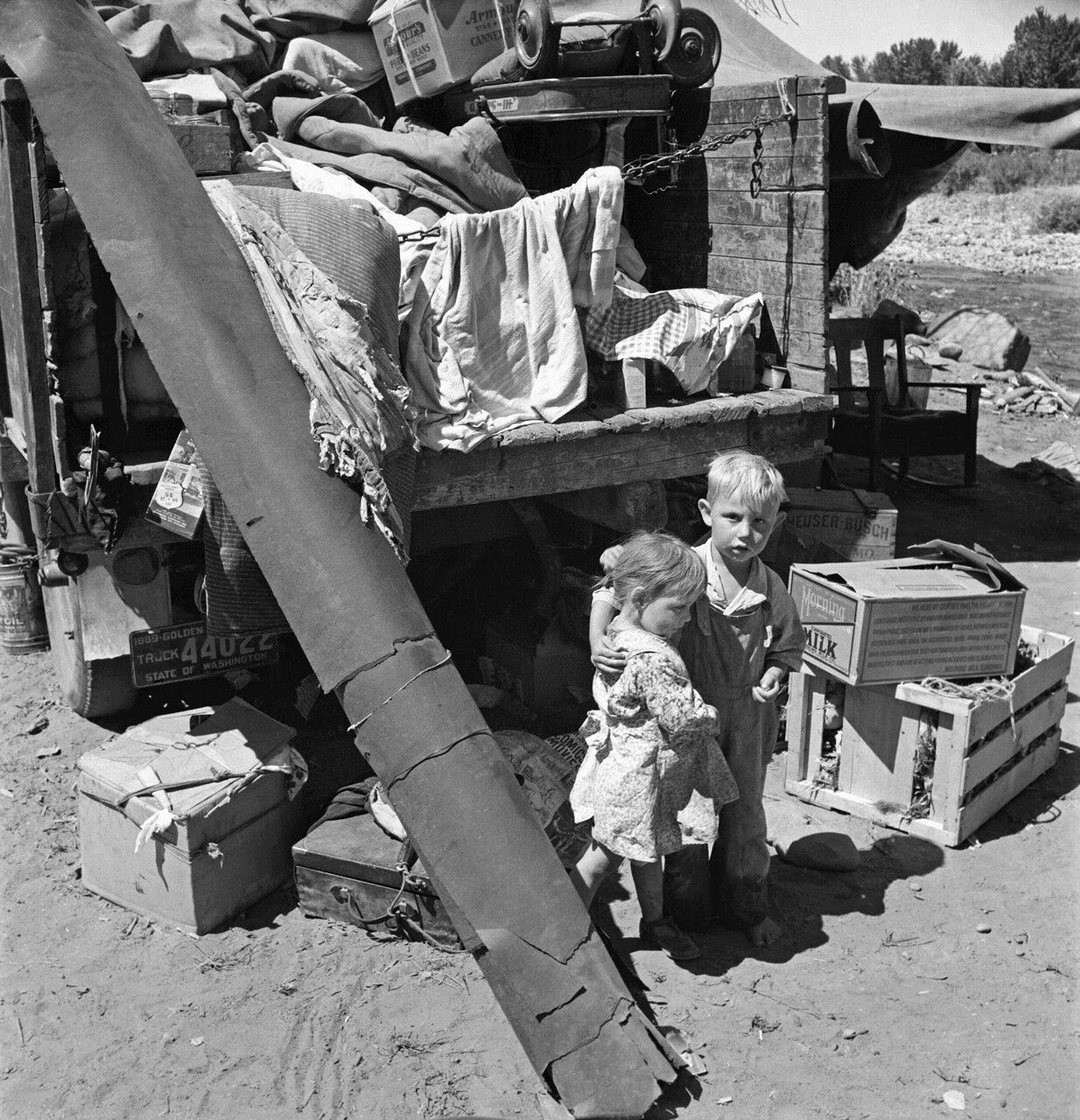 Дети сезонных рабочих в Рамблер Парк. Они в дороге уже три года, Якима, штат Вашингтон, 1939