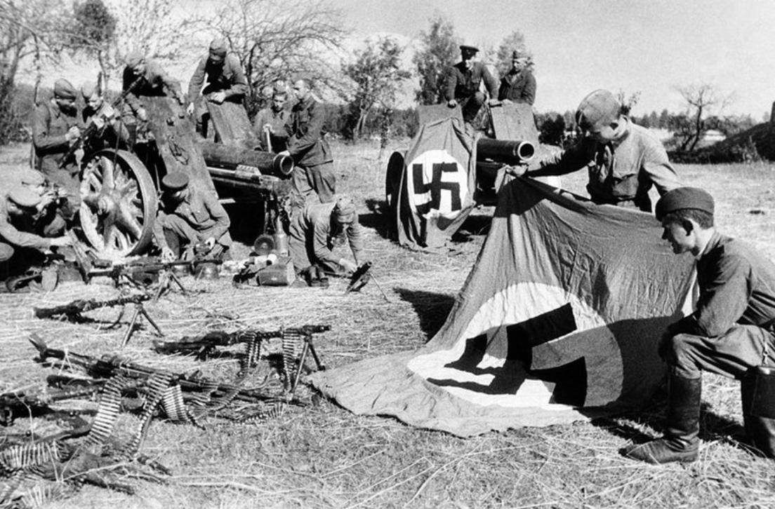 1941. Солдаты Красной Армии изучают военные трофеи
