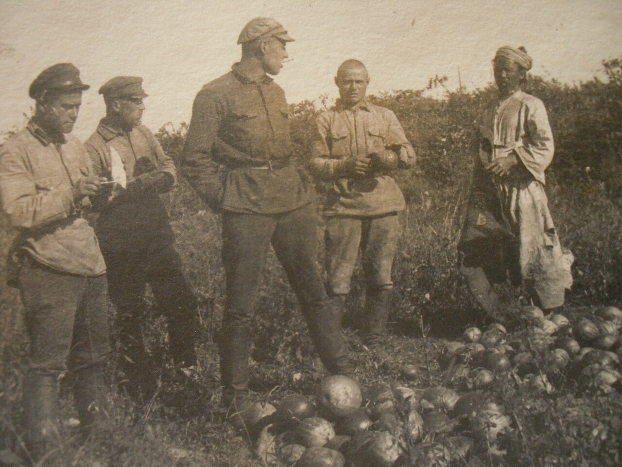 1925. КВЖД. Красноармейцы и китаец.