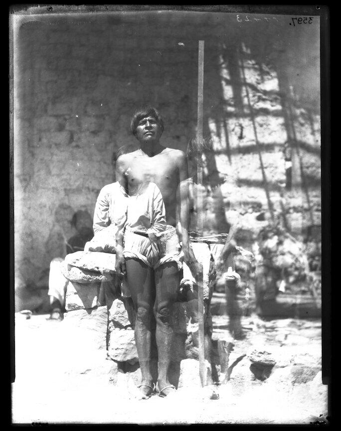 1895. Племя кора из группы гуайкура. Мужчина возле мерной рейки.