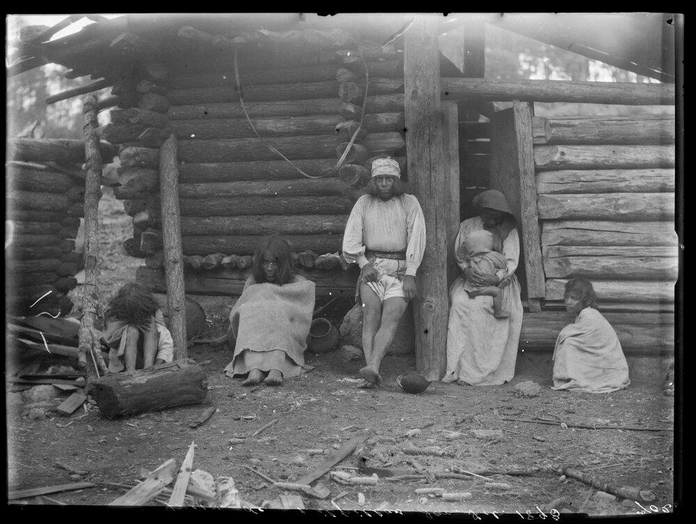1893. Индейцы племени тепехуана  возле своих хижин, Мильпильяс