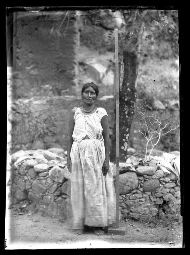 1993. Женщина из племени тубар рядом с мерной рейкой