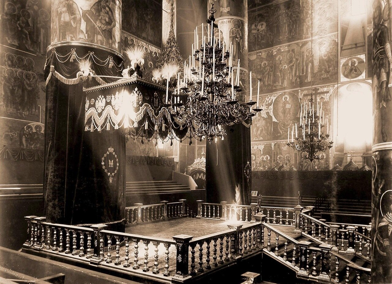 Вид центральной части Успенского собора в Кремле, подготовленного к церемонии торжественной коронации