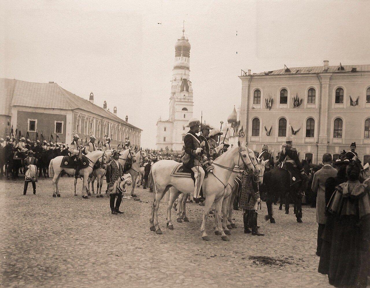 Герольды, сенатские секретари и кавалергарды направляются на Сенатскую площадь Кремля для объявления горожанам даты священного коронования; на втором плане в центре - колокольня Ивана Великого