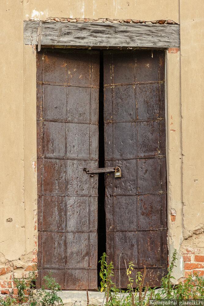 Кованая входная дверь.